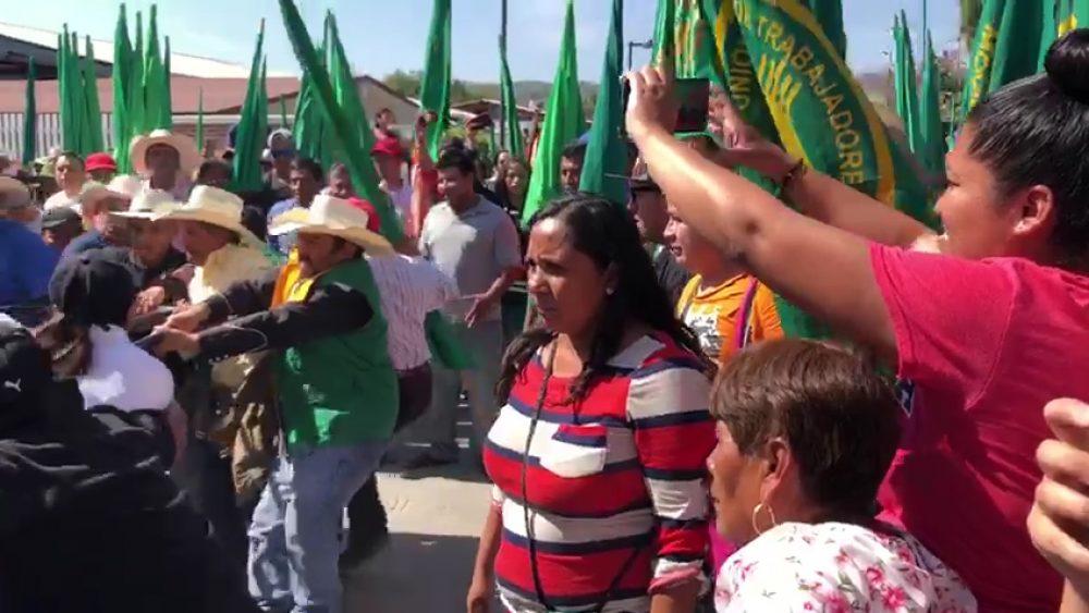 Protestan campesinos y policía desenfunda su arma en gira de AMLO