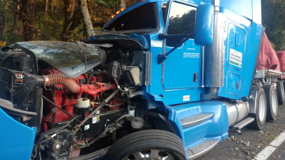 Tráiler se despista en la autopista México-Cuernavaca por falla mecánica