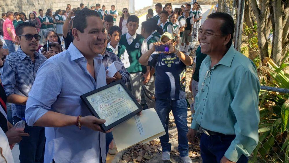 ESTUDIANTES DE LA TELESECUNDARIA DE LA COLONIA PEDRO AMARO YA CUENTAN CON CALLE DE ACCESO PAVIMENTADA: JAFB
