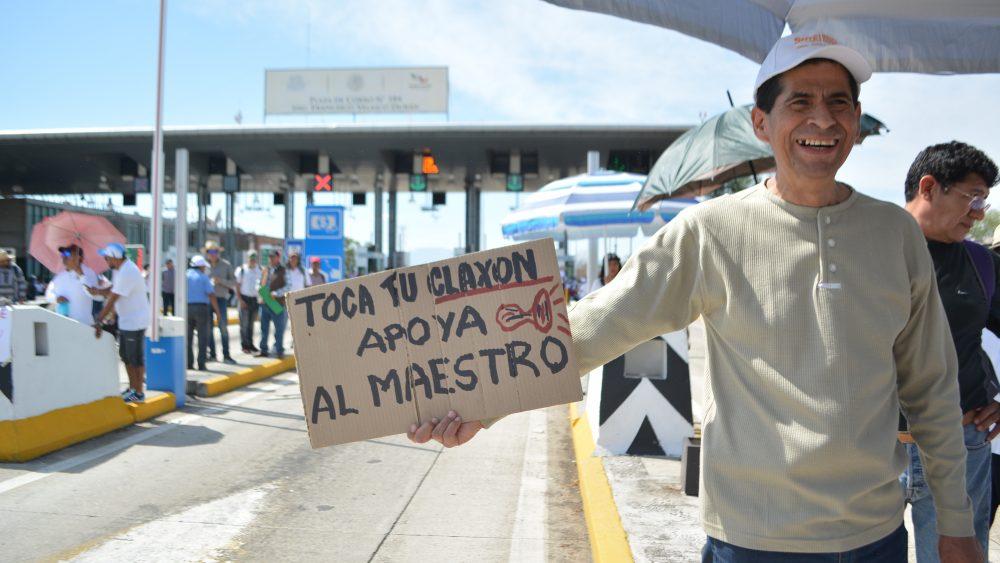 Maestros liberan casetas porque Gobierno de Morelos les debe su aguinaldo